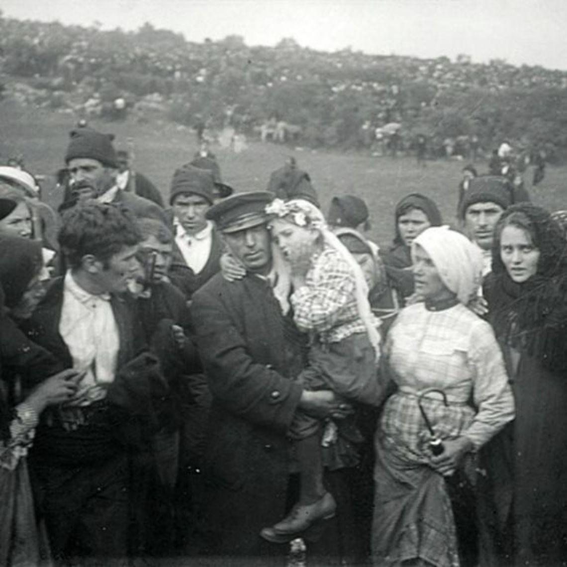 Jacinta Marto sendo carregada em meio à multidão depois de uma aparição de Nossa Senhora. Fátima, 1917.