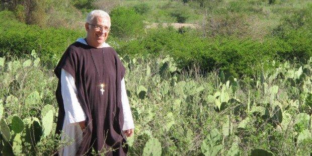 O padre brasileiro que foi morar no lixão para resgatar as pessoas jogadas no lixo