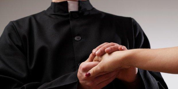 Por que pedimos bênção ao padre