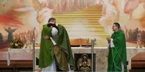 Ele era drogado, e hoje é sacerdote. Libertado pela fé da mãe e graças ao Padre Marcelo, ele é o Padre Adriano Zandoná