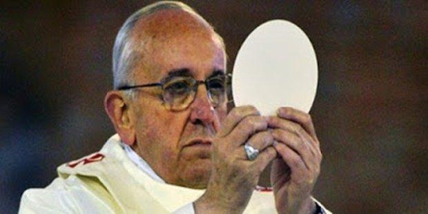 Nunca receba a Sagrada Eucaristia nestas 3 formas erradas... Muitos católicos estão fazendo isso