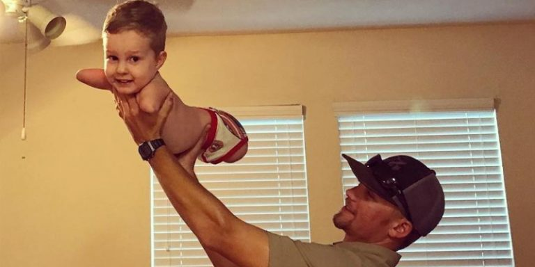 Sem pernas e braços, menino dá exemplo de superação ao aprender a andar e emociona a mãe