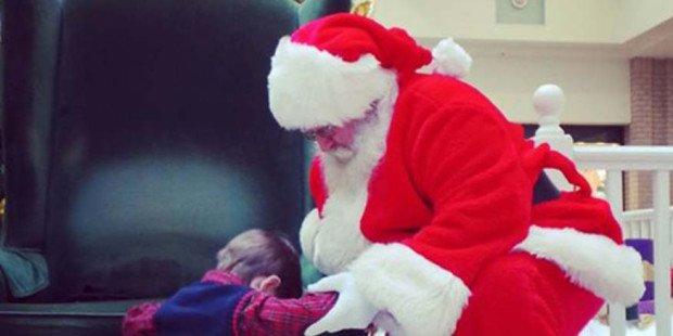 Ele tem 4 anos e fez o Papai Noel se ajoelhar e rezar por um presente desconcertante