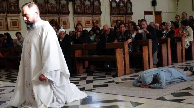 Estes gêmeos sobreviveram graças à Virgem. Agora ele é sacerdote e ela religiosa