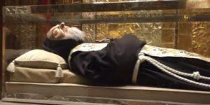 O corpo de Padre Pio ainda bombeia sangue na cintura