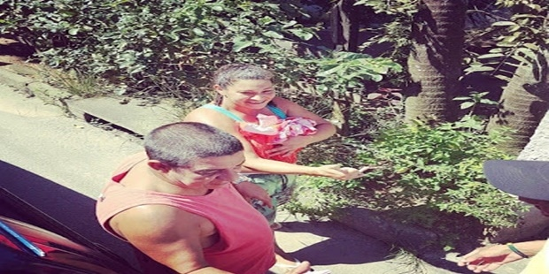 Zeca Pagodinho é flagrado no domingo de páscoa no seu bairro e sua ação comove a internet